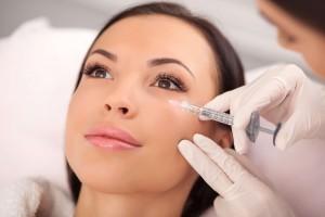 Injectarea cu Botoxreprezinta un tratament cosmetic eficient si sigur, care a devenit din ce in ce mai popular datorita efectelor sale in tratarea ridurilor fine, de expresie, cat si a celor profunde. Acest tratament se regaseste si in lista de servicii de la Policlinica Sfantul Ioan Baia Mare.